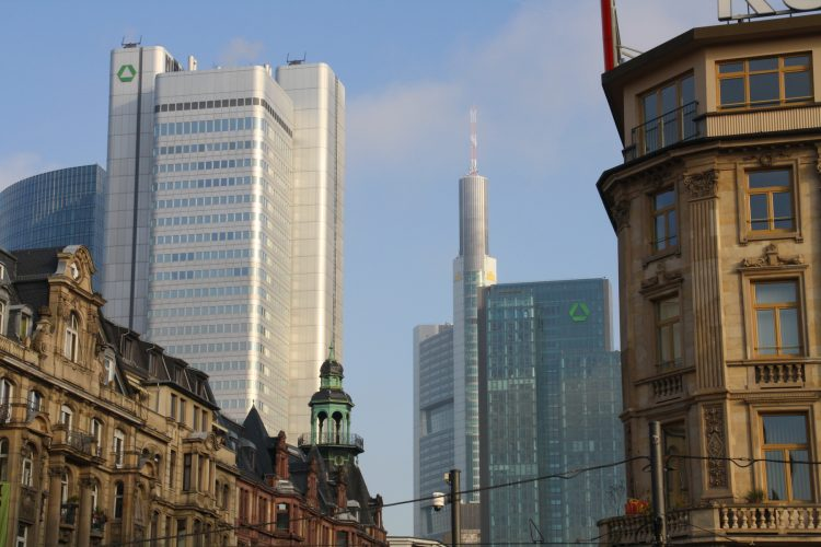 Ankunft in Frankfurt bei sonnigem Dezemberwetter