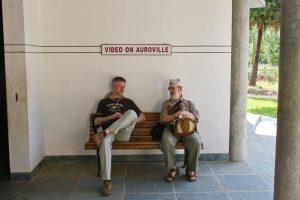 Rumsitzen in Auroville