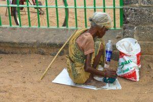 Eine Bettlerin, die bekam von mir ein paar Rupien