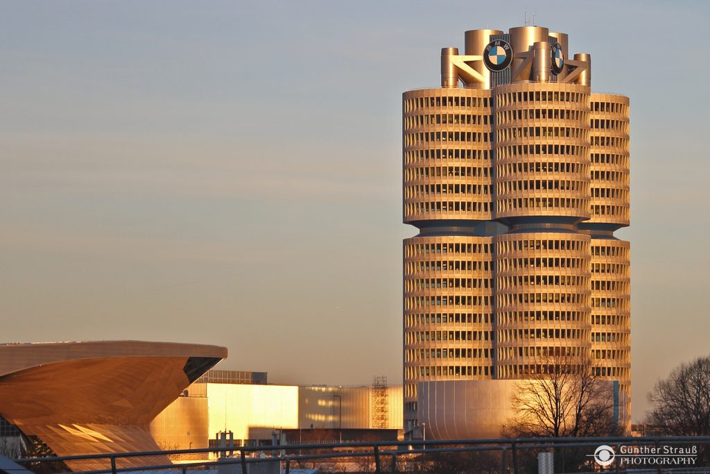 Der BMW-Vierzylinder München bei Sonnenuntergang